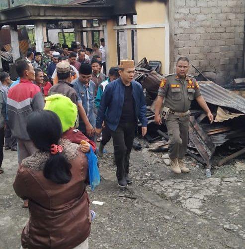 Bupati Kerinci DR. H. Adi rozal dan Joni Efendi, SPd Serahkan Bantuan Korban Kebakaran di Siulak Deras.
